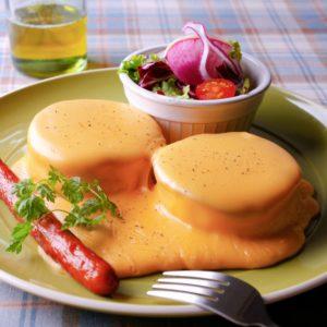 チェダーチーズソースのパンケーキ