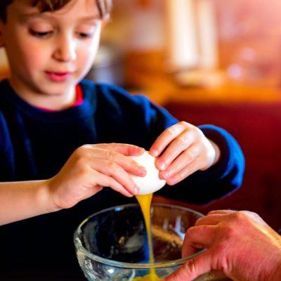 卵を割る子供