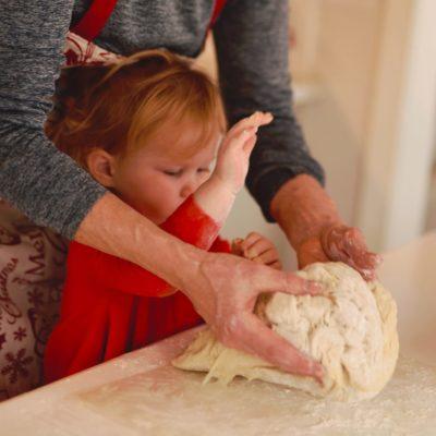 お菓子を作る子供