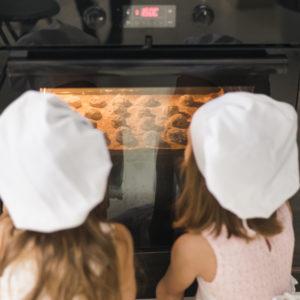 オーブンをのぞき込む子供たち