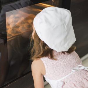 オーブンをのぞき込む子供