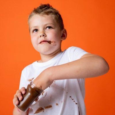 チョコを食べる子供