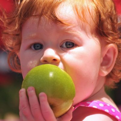 リンゴをもった子供